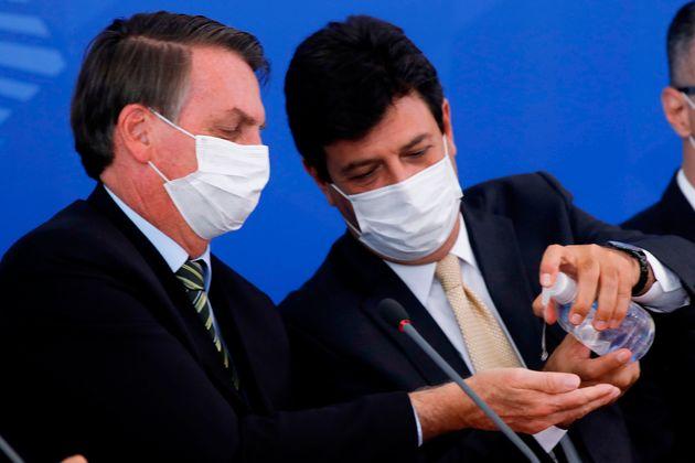 Luiz Henrique Mandetta (à droite) prenait pourtant soin de la santé de son président,...