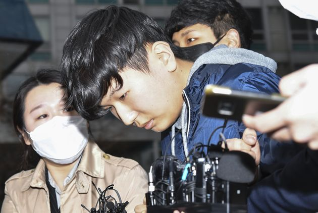 텔레그램 '박사방'에서 운영자 조주빈을 도와 대화방 운영 및 관리에 관여한 공범 '부따' 강훈이 17일 오전 서울 종로경찰서에서 검찰로 송치되고 있다.