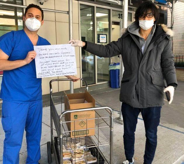 50食分のサンドイッチをニューヨークのマウントサイナイ病院に届けたシェフの島野雄さん(右)