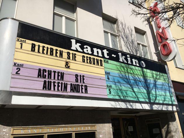 ベルリンで閉館中の映画館。「元気でいてね」「お互いに気をつけて」の言葉が看板に。