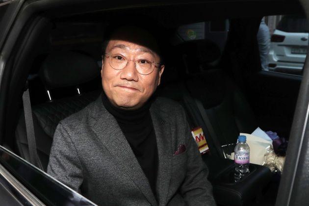 양정철 민주연구원장이 17일 오전 서울 영등포구 여의도 더불어민주당 중앙당사를 나서며 취재진에게 인사를 하고 있다. 양 원장은 이날을 마지막으로