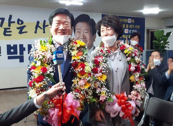 박병석 더불어민주당 대전 서구갑 후보가 15일 대전 서구 선거사무소에서 당선 소감을 밝히고 있다.