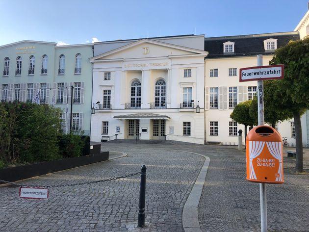 現在閉館中のドイツ劇場。入り口手前に置かれたゴミ箱には「アンコール!アンコール!」のメッセージが。