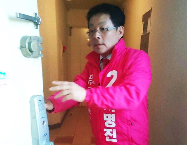 차명진 후보가 14일 오후 제명결의 효력정지 가처분 신청이 인용되자 선거운동을 위해 집을 나서고 있다.(차명진 후보