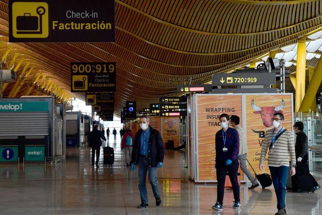 Un grupo de personas llega a la terminal 4 del aeropuerto de Barajas, en