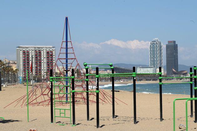 Un parque infantil en una playa de Barcelona vacío durante el estado de
