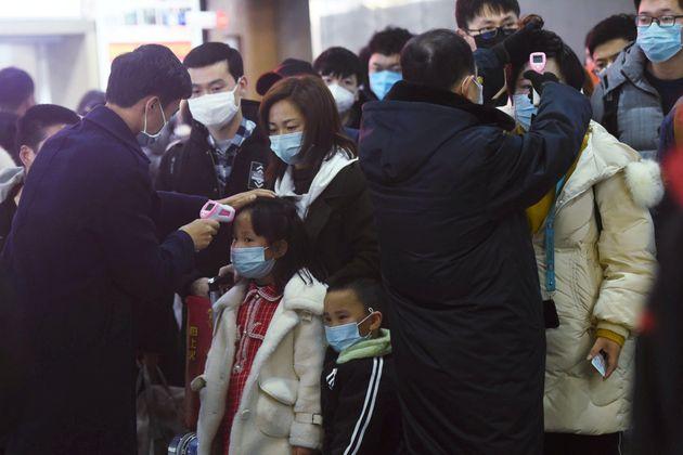 Reagindo às mortes adicionais em Wuhan, a China revisou seu número nacional de mortes mais...
