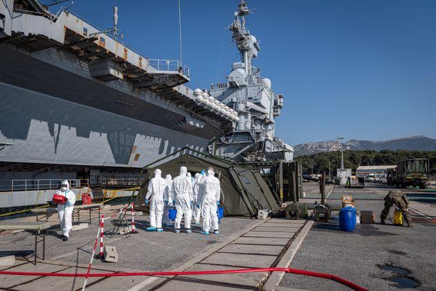 Une équipe de désinfection près du porte-avions Charles de Gaulle le 12 avril 2020,...