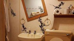 Banksy faz intervenção artística no banheiro durante isolamento por
