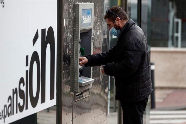Un hombre saca dinero de un cajero el pasado 7 de abril en