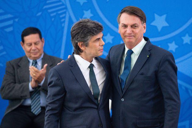 Jair Bolsonaro na posse de seu novo ministro da Saúde, Nelson