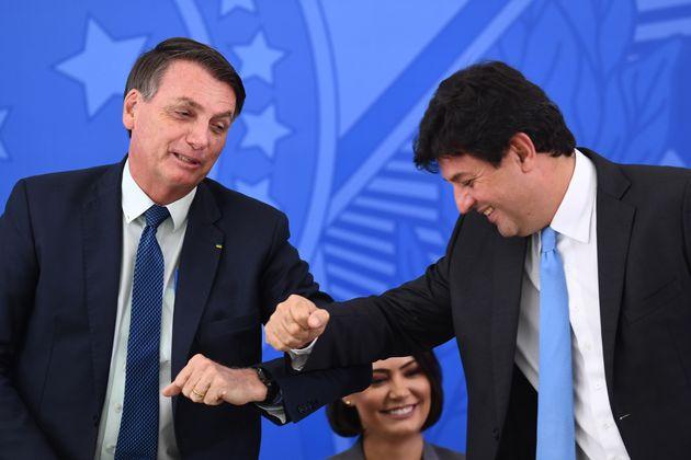 Bolsonaro e Mandetta brincam na cerimônia de posse do novo ministro, após escalada de tensão...
