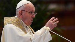 Denuncian que El Vaticano ha censurado un vídeo por lo que dijo el papa al coger una botella de