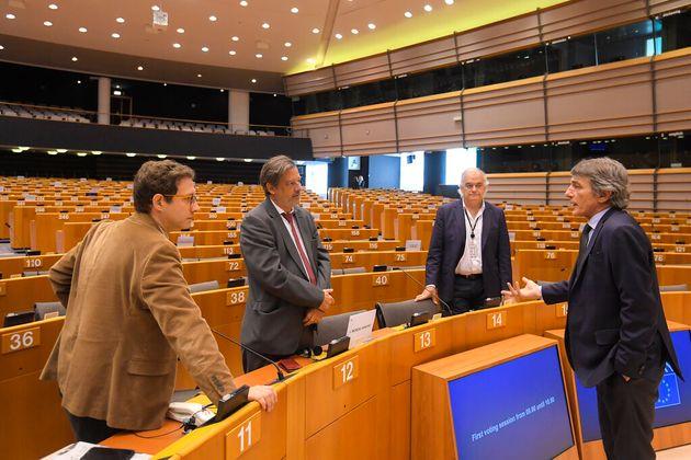 El presidente del Parlamento Europeo, David Sassoli, charla con los portavoces de los grupos, como Esteban...