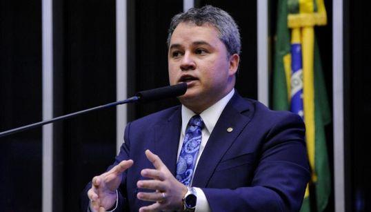 Crise política parece estratégia do governo para encobrir debate de saúde, diz líder do