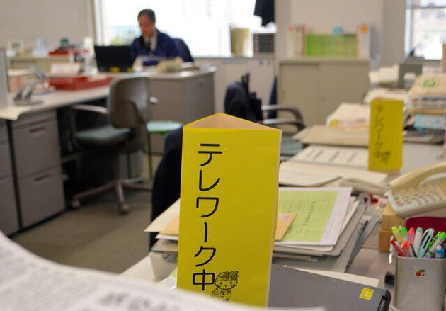 職員の机には「テレワーク中」の標識が立っていた==2020年4月13日午後3時55分、栃木県庁、池田拓哉撮影