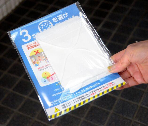 各家庭に配布された布マスク。「3つの密を避けましょう!」と書かれた案内が添えられている=2020年4月17日午前10時26分、東京都世田谷区、増山祐史撮影