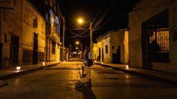 Un bambino prega Dio nelle strade deserte del Perù. La foto simbolo di speranza fa il giro del