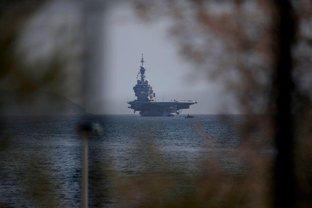 Le Charles de Gaulle, arrivant dans la baie de Toulon le 12 avril 2020. Au total, 1046 marins du...