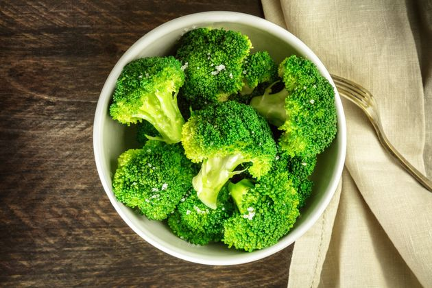 (写真はイメージ)塩をふりかけた茹でブロッコリー