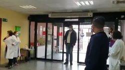 El emocionante homenaje de unos sanitarios de Madrid a un taxista que lleva pacientes sin