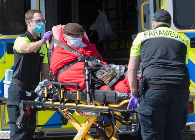 Les ambulanciers transfèrent un patient à l'hôpital de Verdun à Montréal, le samedi 18 avril 2020 (photo