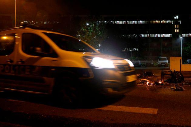 À Villeneuve-la-Garenne ce 19 avril, du mobilier urbain et des voitures ont été...