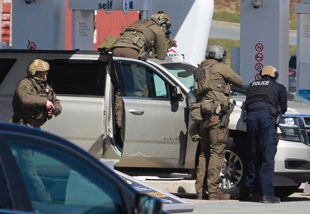 Des agents de la Gendarmerie royale du Canada entourant un suspect dans une station-service à...