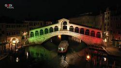 Che spettacolo! Il ponte di Rialto illuminato con il tricolore