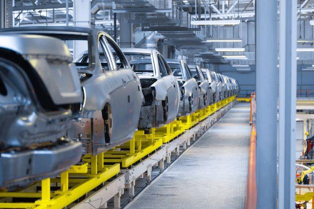 自動車の部品工場など製造業で単純労働に従事する外国人は多い