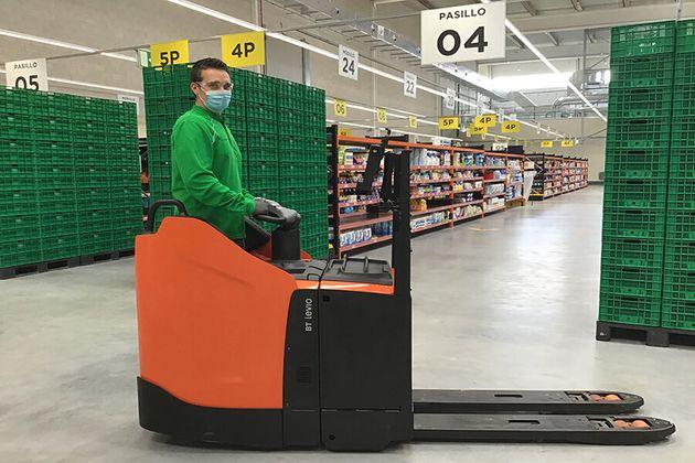 Un trabajador de Mercadona en el nuevo almacén de