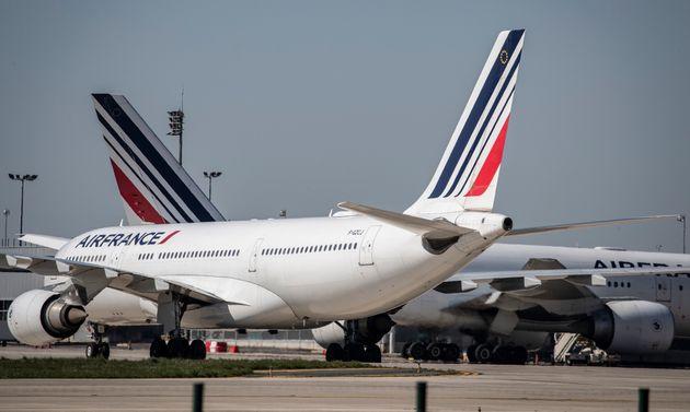 Air France a annoncé la distribution de masques aux passagers de ses vols remplis, après plusieurs images...