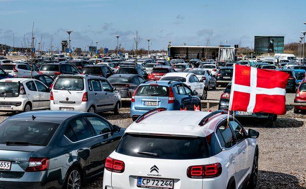 Au Danemark, un drive-in s'est déjà tenu, comme ci-dessus pour la messe de Pâques...