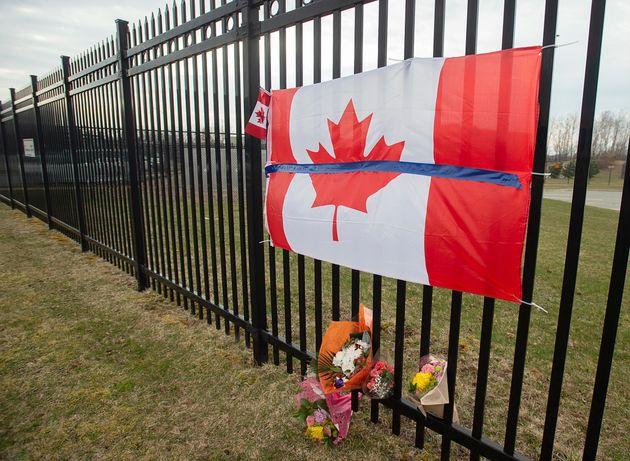 Un hommage est rendu au quartier général de la GRC à Dartmouth, en Nouvelle-Écosse, le lundi 20 avril