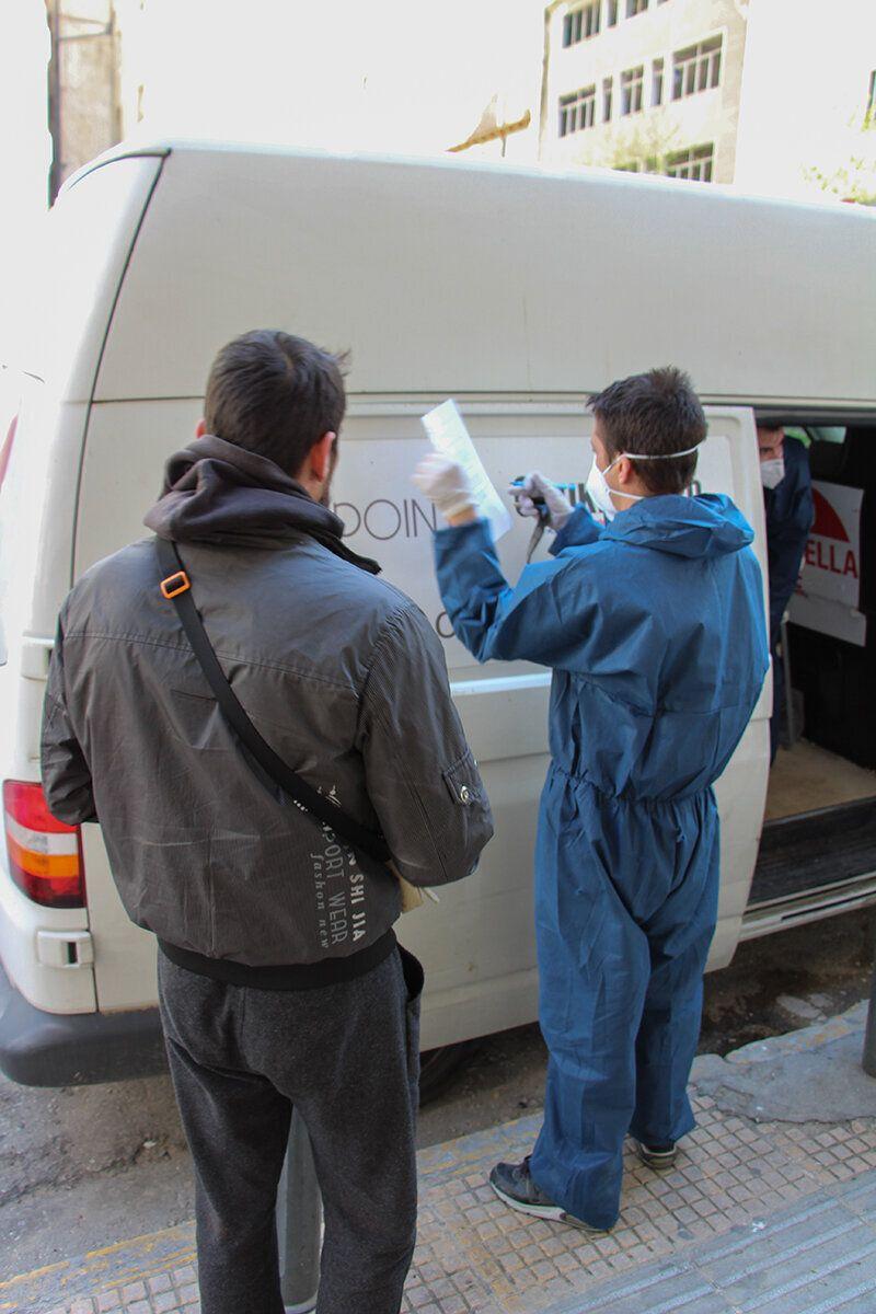Οι εθελοντές που φροντίζουν τους χρήστες της Αθήνας εν μέσω