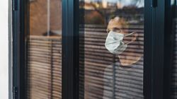 Πέντε λάθη που κάνουμε όταν φοράμε μάσκα και μπορεί να αποβούν