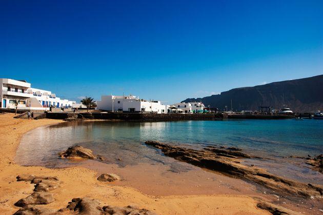 Vista de la playa en Caleta del Sebo, La Graciosa. La isla tiene dos pueblitos: en el norte está...