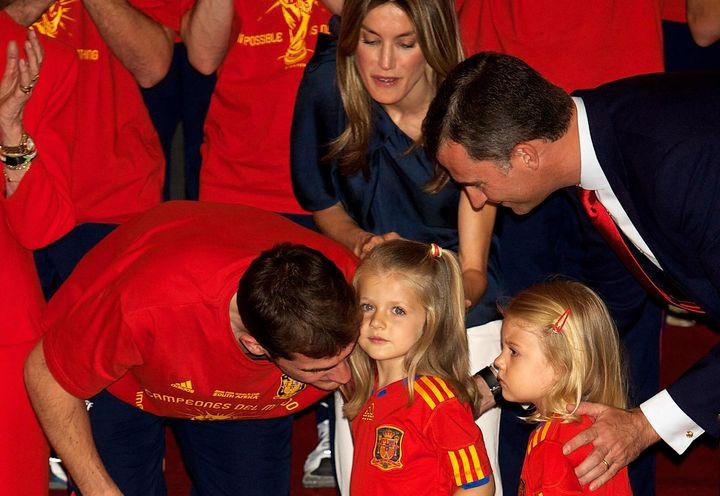 La princesa Leonor y la infanta Sofía junto a Iker Casillas en 2010.