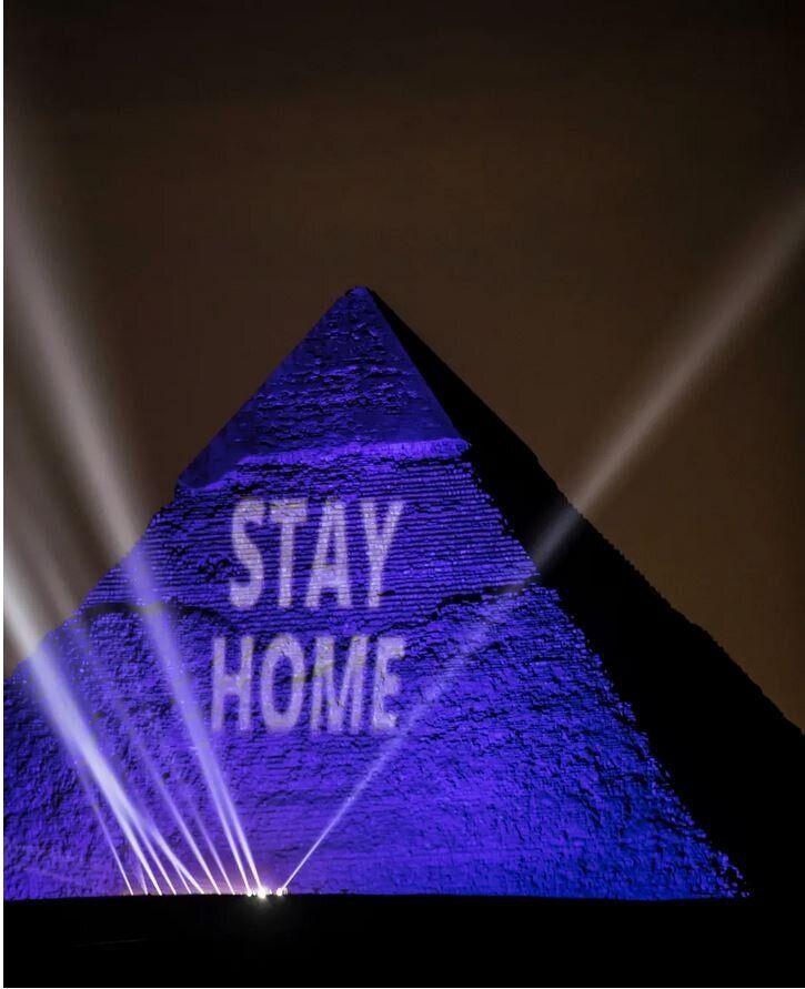 Οι πυραμίδες του Καϊρου, φωταγωγημένες με το μήνυμα «Μείνετε Σπίτι», το Μ.Σάββατο, 18 Απριλίου, 2020.