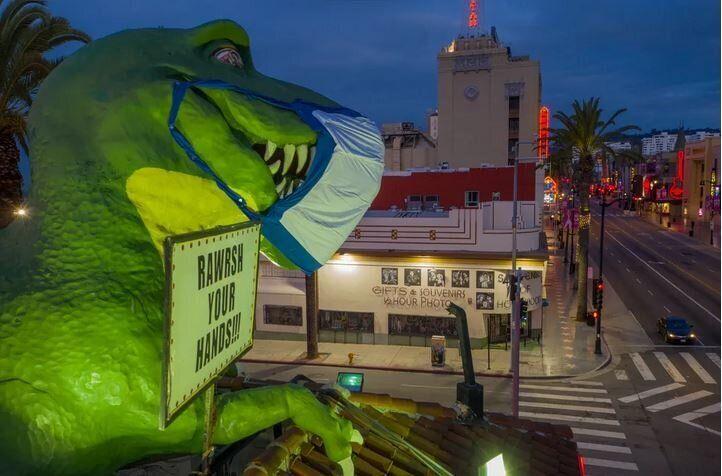 Ο δεινόσαυρος που κοσμεί την οροφή του καταστήματος, «Ripley's Believe It or Not!», στο Λος Άντζελες, ενώ φοράει την μάσκα του, στην μάχη κατά του κορονοϊού. Κυριακή του Πάσχα, 19 Απριλίου, 2020.