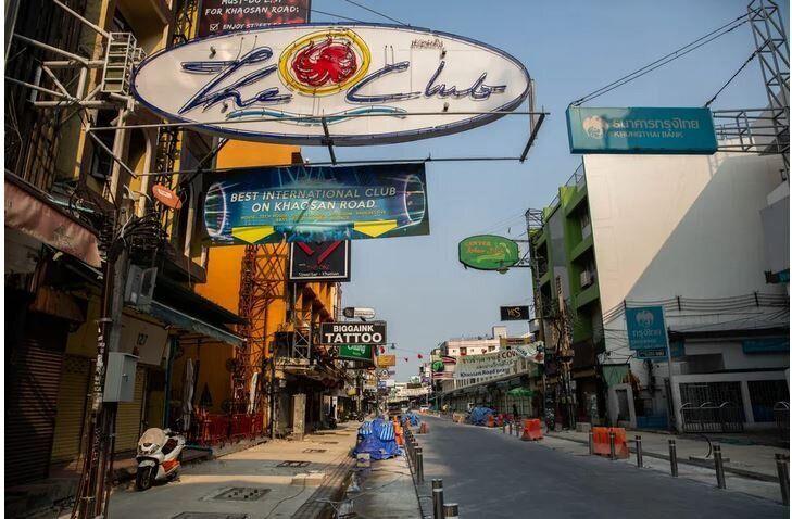 Άδειοι δρόμοι, κλειστά μπαρ και εστιατόρια, στην οδό Κάο Σαν, στην Μπανγκόκ, την Μ.Τετάρτη, 15 Απριλίου, 2020. Από τις 13 έως τις 15 Απριλίου, οι βουδιστές γιορτάζουν το νέο έτος, γνωστό ως «Σονγκράν».