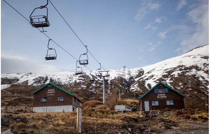 Άδειες καρέκλες στα λιφτ στο χιονοδρομικό κέντρο Γκλένκο, του Μπαλατσούλις, στην Σκωτία.