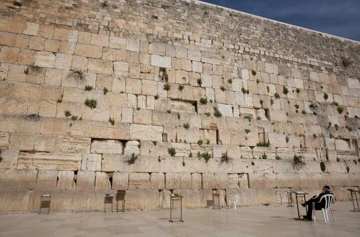 Ένας άντρας προσεύχεται μπροστά στο Δυτικό Τείχος, γνωστό και ως Τείχος των Δακρύων, στην Ιερουσαλήμ, στις 6 Απριλίου, 2020.