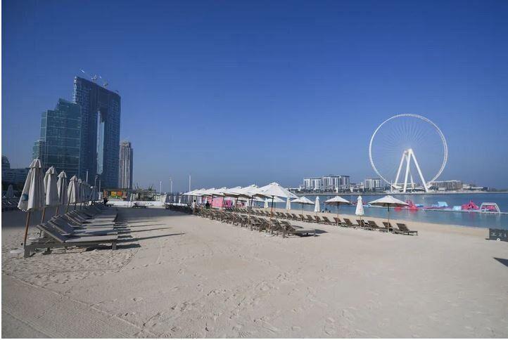 Άδειες ξαπλώστρες στην παραλία Τζουμέιρα στο Ντουμπάι, στις 12 Μαρτίου, 2020.