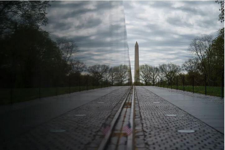 Το Μνημείο των Βετεράνων του Βιετνάμ, στην Ουάσινγκτον, την Μ.Τρίτη, 14 Απριλίου, 2020.