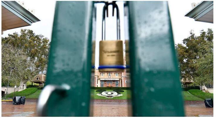 Ένα λουκέτο κρατάει κλειδωμένη την κεντρική είσοδο της Ντίσνεϋλαντ, στο Άναχαϊμ, της Καλιφόρνια.