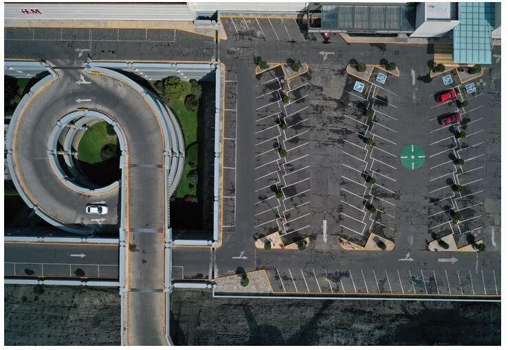 Ο χώρος στάθμευσης αυτοκινήτων στο κλειστό εμπορικό κέντρο της Σάντα Φε, στην πόλη του Μεξικό, στις 4 Απριλίου, 2020.