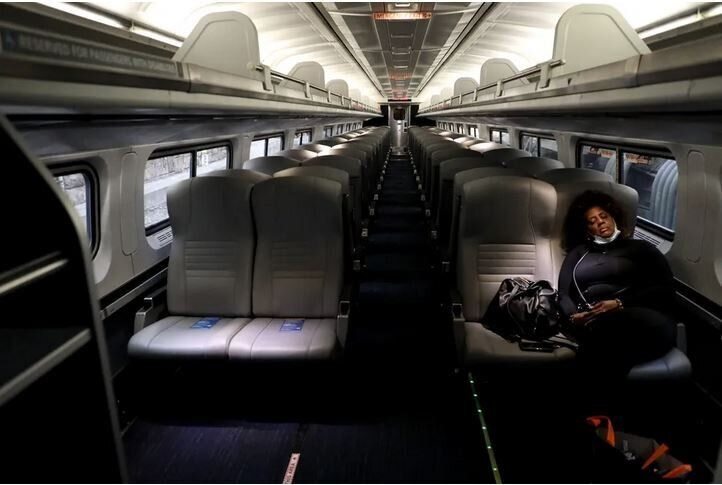 Ένας επιβάτης ενώ κοιμάται σε έναν από τους συρμούς της εταιρείας Amtrak, ενώ εισέρχεται στον σταθμό Πεν, της Βαλτιμόρης, στην πολιτεία του Μέριλαντ