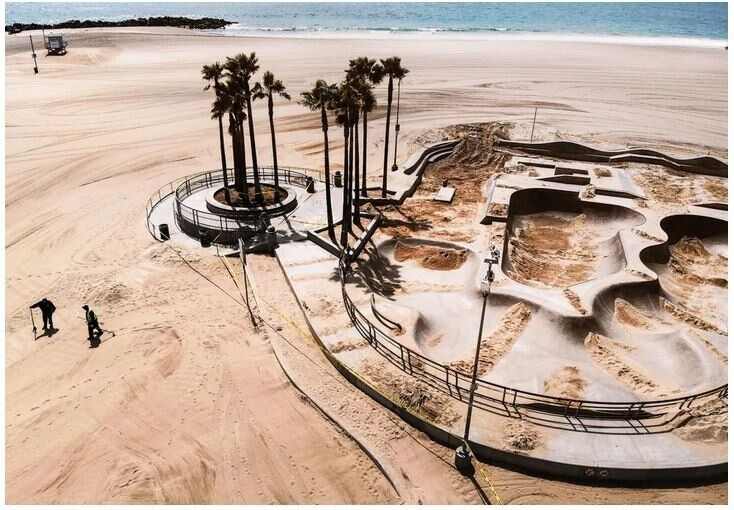 To Βένις Σκέιτ Παρκ, στην παραλία Βένις της Καλιφόρνια, γεμάτο άμμο, ούτως ώστε να αποτρέπει τους φίλους του σκέιτμπορντ από την χρήση του, την Μ.Παρασκευή, 17 Απριλίου.