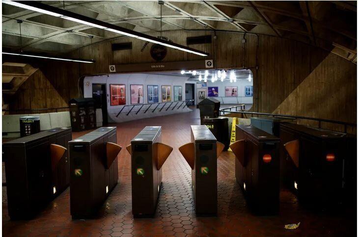 Σταθμός του Μετρό στην Ουάσινγκτον σε ώρα αιχμής, στις 31 Μαρτίου, 2020.